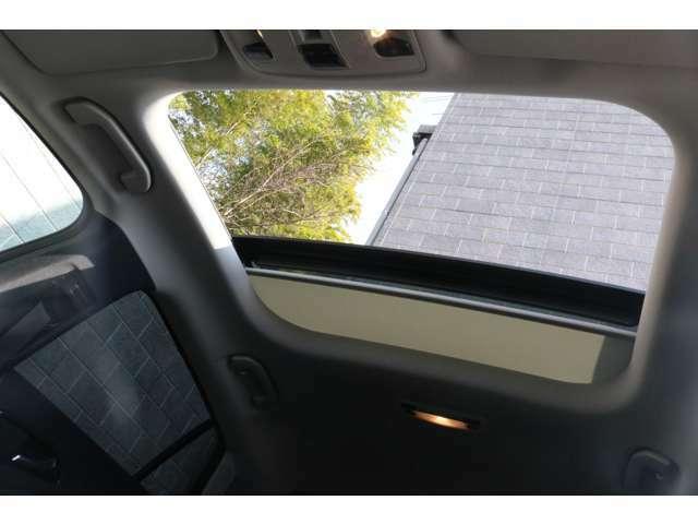 ◆展示場を明るく照らす充実したLED照明を完備しております!◆LED照明付き屋根付きガレージもございますので、雨天や夜のご来店でも安心して現車確認が行えます!TEL : 04-7123-6000