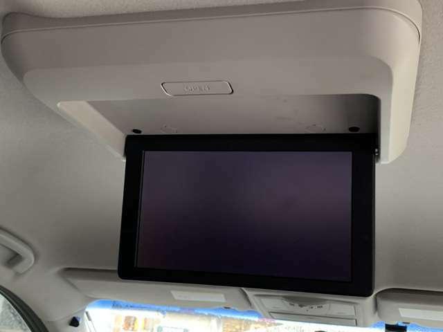 みんなに新しい感動を、車内に取っておきのエンターテイメント♪セカンド・サードシートからも画面が見やす後席モニター装備♪