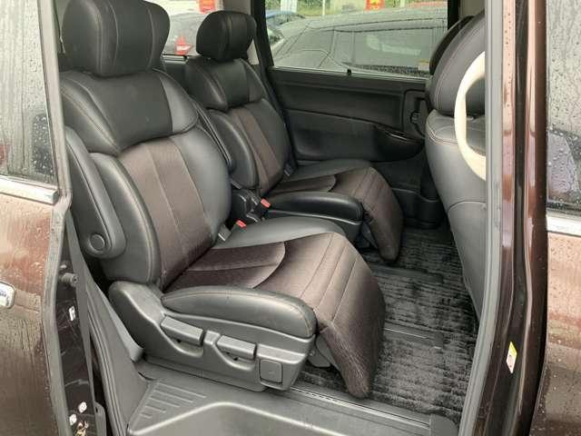 セカンドシートはオットマン装備。大人でも足を伸ばせるゆったりした上質空間になります。