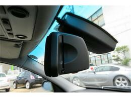 ETC車載器が装着されております。料金所を停車せず、通過できるので大変助かる装備です。BMW純正品の場合、ルームミラー一体型なので見た目もスッキリ!
