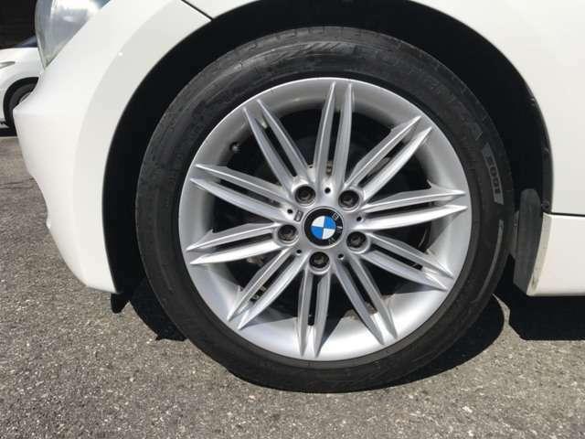 Mスポーツ純正の17インチアルミホイールにラジアルタイヤの組み合わせ☆タイヤの残り溝はフロント約5.4mm・リア約5.2mmです☆^^!☆
