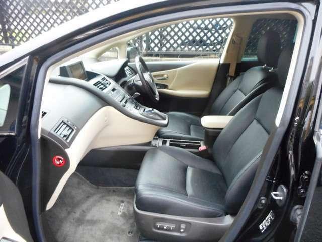 ☆前席はゆったりとしていて運転も楽々です♪黒レザーシートで状態も良いです♪☆