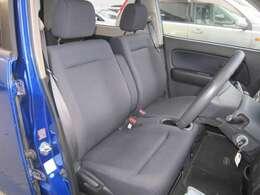 ★フロントシートです。運転席には座面の上下調節が可能なハイトアジャスターが装備されております。車内にタバコ臭のような嫌な臭い等が無く綺麗状態です。
