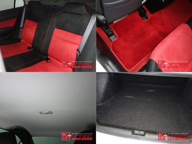 赤×黒のツートンカラーで前席同様に仕上げられたリアシート!リアシートもサイド、センター部のクッションを張り出し、バケットタイプとなっています!タイプRならではの専用設計です!