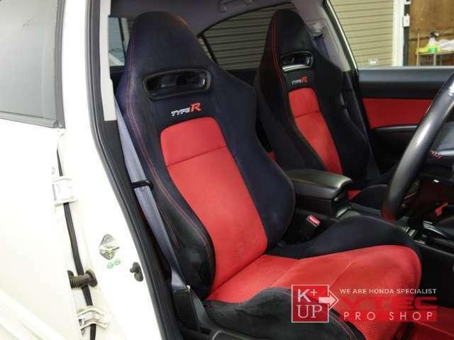 タイプR専用オリジナルシートは、スポーツ走行までこなせるシートですが、リクライニングはもちろん運転席にはシートリフターも装備され実用性も考えられたシートとなっております!