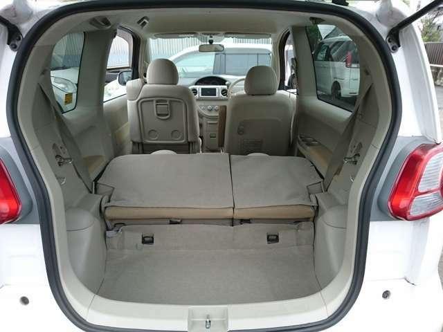 後席シートの背もたれを倒すことで、荷室を広く使うことができます。