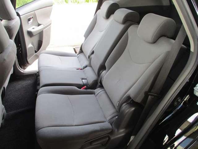 広々とした車内!5人乗りの2列シート!ロングドライブも快適です!人気オプションのシートカバーを装着すれば、車内の雰囲気も高級感がグッと増します!水分や泥汚れ等もすぐ落とせる実用的なメリットもあります!