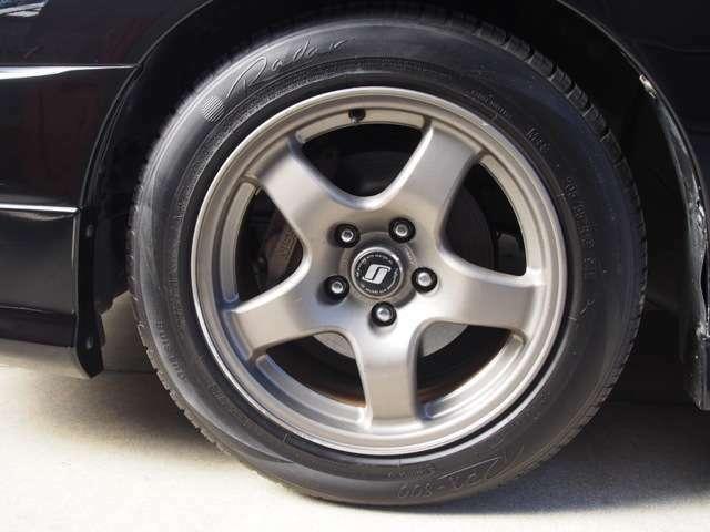 R32GT-R純正アルミ・タイヤの残量は6割程度です。
