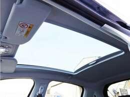 パノラミックガラスルーフ採用。特別仕様車