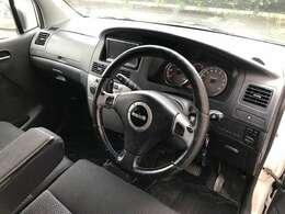 シンプルな運転席まわり。純正でエアバッグ内蔵のモモステアリングとなります。
