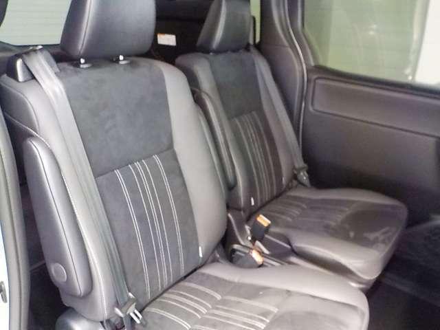 セカンドシートはキャプテンシートでロングスライドしますのでとても快適です!