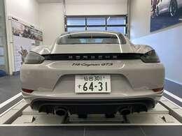 4.0リッター水平対向6気筒自然吸気エンジンが放つエキゾーストノートはレーシングカーそのものです