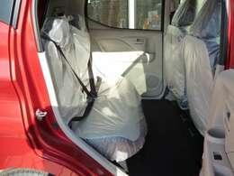 【後部座席】シートを前に倒せば、大きな荷物も乗せる事ができますね♪