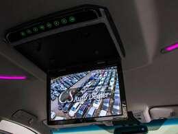 大型後席フリップダウンモニター装備!後席の方も一緒にご覧になれます!ドライブも大勢で楽しく行けますね!