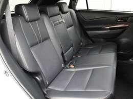 本革シートが採用されています。前後席間の間隔延長と前席シートバック形状の工夫で、ゆったりとくつろげる後席空間を確保しています。