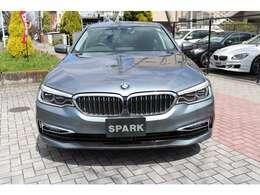 BMW 5シリーズ 530e i performance ラグジュアリー  色はグレー(ブルーストーン)です。