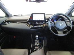 インテリアは、質感・形状・色など細部にこだわり大人の感性に響くデザインを追求したほか、メーターを中心とした操作パネルをドライバーに向けて配置するなど、運転に集中できるドライバーズ空間を実現しています。