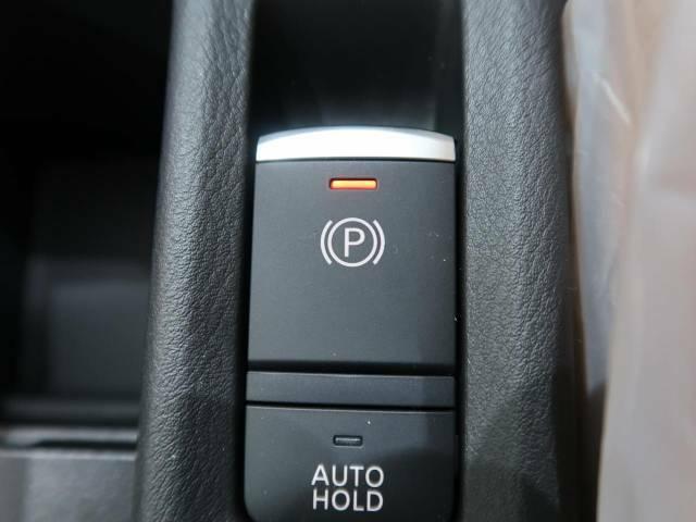 ●【電動パーキングブレーキ】シフトレバーを「P」に入れると自動で作動し、ブレーキを踏みながら「D」など「P」以外にシフトすると自動で解除される機能です。