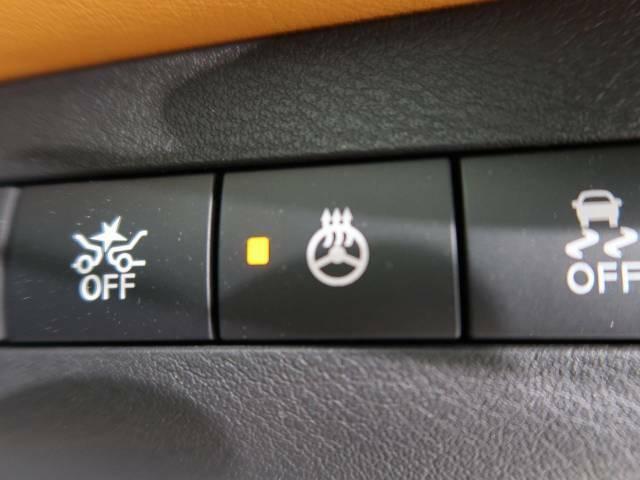 ●【ステアリングヒーター】寒い日のドライビングでも、快適に操作できるようにステアリングヒーターを設定。インパネ部のスイッチONでステアリングを温めます。特別な1台のための特別な装備ですね♪