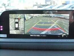 車両の前後左右に備えた計4つのカメラを活用し、車両を上方から見たようなトップビューのほか、フロントビュー、リアビュー、左右サイドビューの映像をセンターディスプレイに表示。
