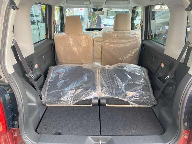 後部座席を倒すと、大きな荷物も乗り便利です!