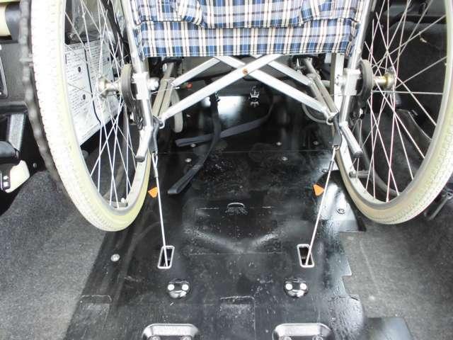 後ろ側の車いすは、後退防止ベルトと電動固定装置の組み合わせで固定します。