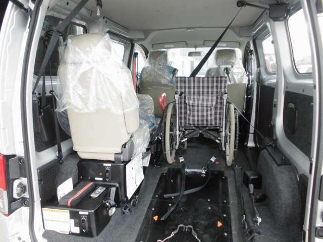 車いす2脚+座席数4で、計6人が乗車できます。