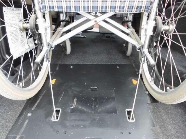 電動固定装置を1基備えています。ワイヤーフックを掛けてスイッチONで車いすをしっかり簡単に固定することができます。