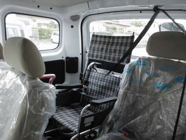 車いす利用者用にも3点式シートベルトを備えています。