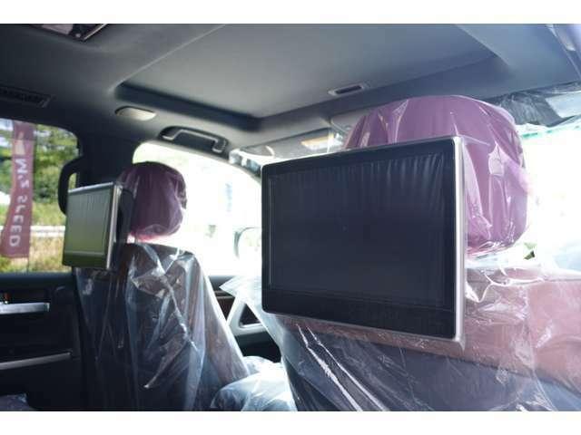 ■メーカーオプションのリヤシートエンターテイメントシステムが装備されていますので、後席の方も退屈せずにドライブをお楽しみいただけます。