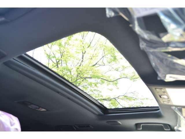 ■電動ムーンルーフが標準装備されていますので、車内に心地いい開放感を与えてくれます。
