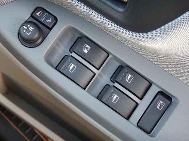 【運転席ドアパネル】駐車時に便利な電動格納ミラーとパワーウィンドーの操作パネルです♪