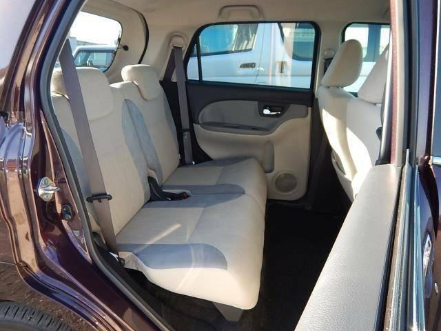 【後部座席側】ゆったり座れる後部座席です♪座席は左右独立で前後スライドもできますよ♪