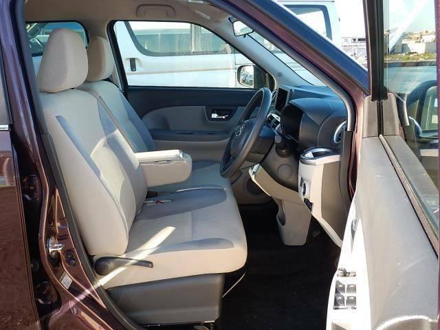 【運転席・助手席側】ベンチシートでゆったり座れます♪シフトレバーもインパネ式なので足元部分がスッキリしていますよ♪運転席側にはシートリフター(座面の高さ調整)が付いています♪