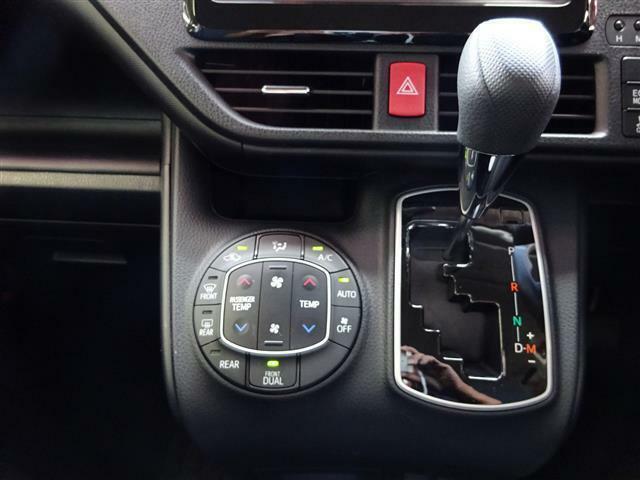 使いやすいオートエアコンで、空調管理はクルマにお任せ下さい。