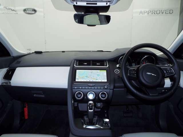 クーペのようなラインを持ち、ダイナミックで俊敏性に優れたSUV。「ドライブプロパック」(87,000円)は、アダプティブクルーズコントロールが装備されており、安全なドライブをお手伝いします。