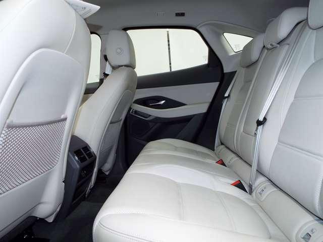 後席の使用感はほとんど感じられず大変綺麗なコンディションです。