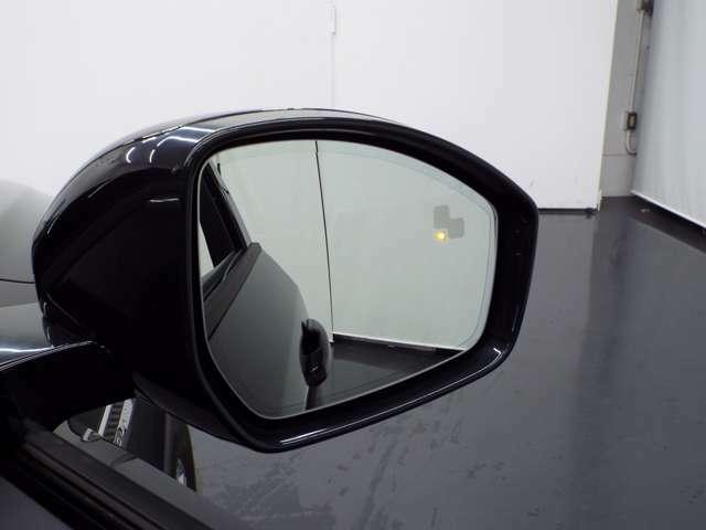 「ブラインド・スポット・モニター」左右斜め後ろを走る車を認識し、車線変更の際に危険を察知するとドライバーへ警告を促します。