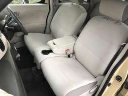 ホールド感のあるシートになりますので座り心地も肌触りも良く長時間座っていても疲れにくいシートです♪サイドの窓も視界が広く見晴らしが良いので、ドライブ中にも外の景色を存分に楽しめます♪