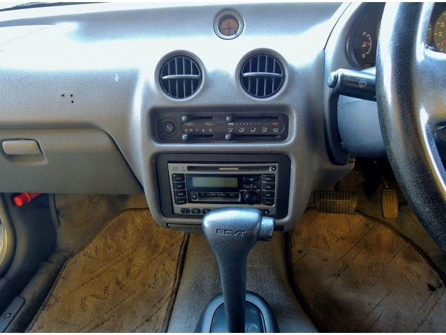ECVTのオートマティック、CD/AM/FMを装備