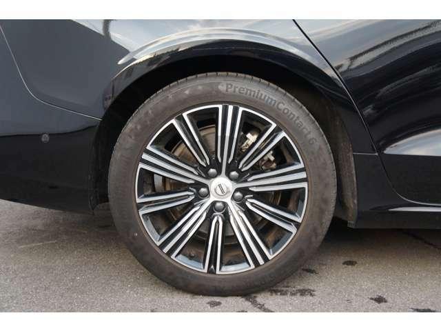 右リアホイル。タイヤは「コンチネンタル プレミアムコンタクト6」235/45R18を装着。