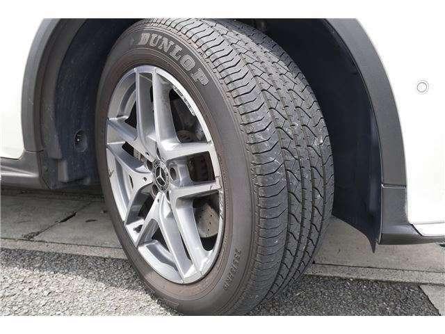 純正アルミホイール付きでスタイリッシュです。タイヤの溝もあります。ドレスアップもお任せください、かっこいいアルミホイールセットもお求めやすく提供いたします。お電話でのお問い合わせは、0774-39-4585まで!