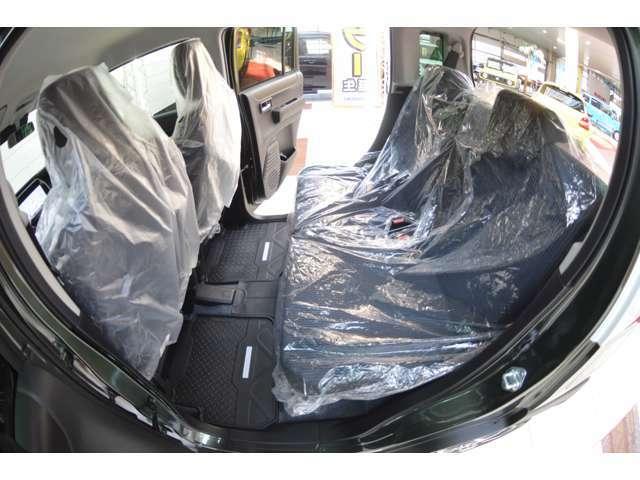リアシートは、シートの座面を考慮し、適度なホールド感をもたせ、ゆとりある着座姿勢を保てるようにシートバックの角度を適度に設定したシートにしています。長距離にも十分適してます。(17/26枚)