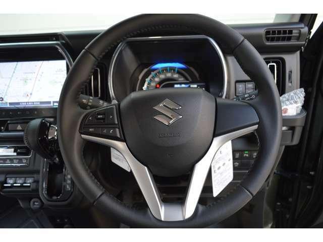 駐車場などで後退しているとき、リヤバンパー内に内蔵したミリ波レーダーで自車の後方左右から接近する車両を検知しマルチインフォメーションディスプレイの表示とブザー音によりドライバーに注意を促します。