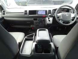 トヨタセーフティセンス/Wエアバッグ/ABS/VSC/キーレス×2/イモビライザー/アクセサリーコンセント(AC100V)/フロントエアコン/リヤクーラー/リヤヒーターが装備されています。