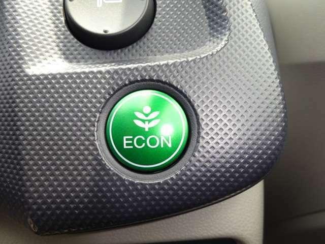 グリーンの【ECONスイッチ】はエンジンだけでなくエアコンなども含めてクルマ全体を燃費優先で自動制御するECONモード。早く車内を涼しくしたい夏場など空調を優先したい時には、スイッチを押してOFFにできます。