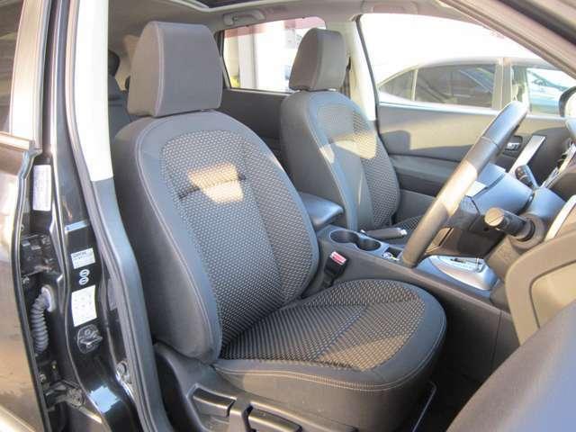 ★フロントシートです。運転席には座面の上下調節が可能なハイトアジャスターが装着されております。車内にタバコ臭のような嫌な臭い等が無く綺麗状態です。