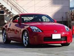 鮮やかな赤いスポーツカーです。経年による色あせはあるものの大きく目立つ色ハゲはありません。