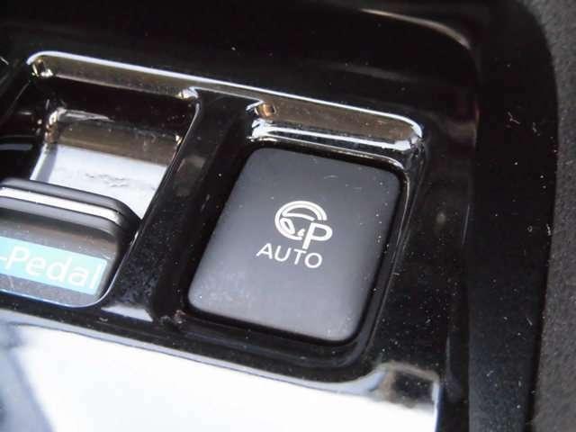 アクセル・ブレーキ・ステアリング制御をリーフが行い駐車したい場所でこのボタンを押すとプロパイロットパーキングが作動し駐車のアシストをいたします。
