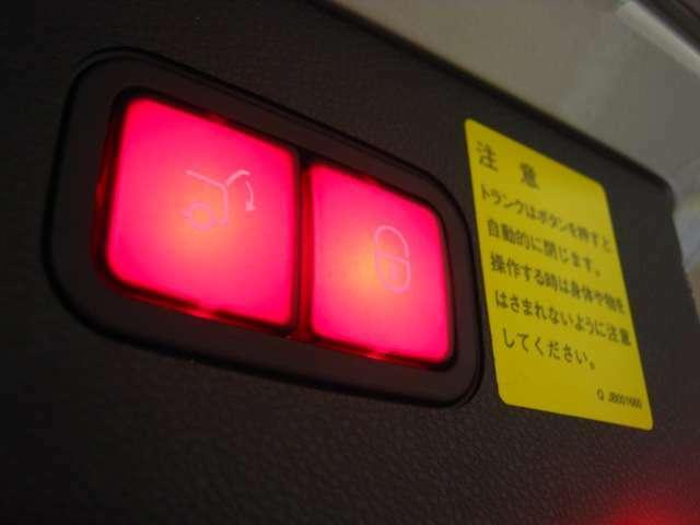 電動リアゲートですので女性の方でも力を使わずに開閉が可能です。